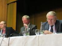 Předsednický stůl - Mgr. Ing. David Jedinák, Ing. Martin Mandík (předseda oblasti), Ing. Pavel Křeček (předseda ČKAIT)