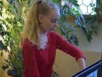 04. Klára Zachová při hře na klavír
