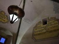 18. Nástěnné malby a lustr v gotickém sále radnice v Jihlavě